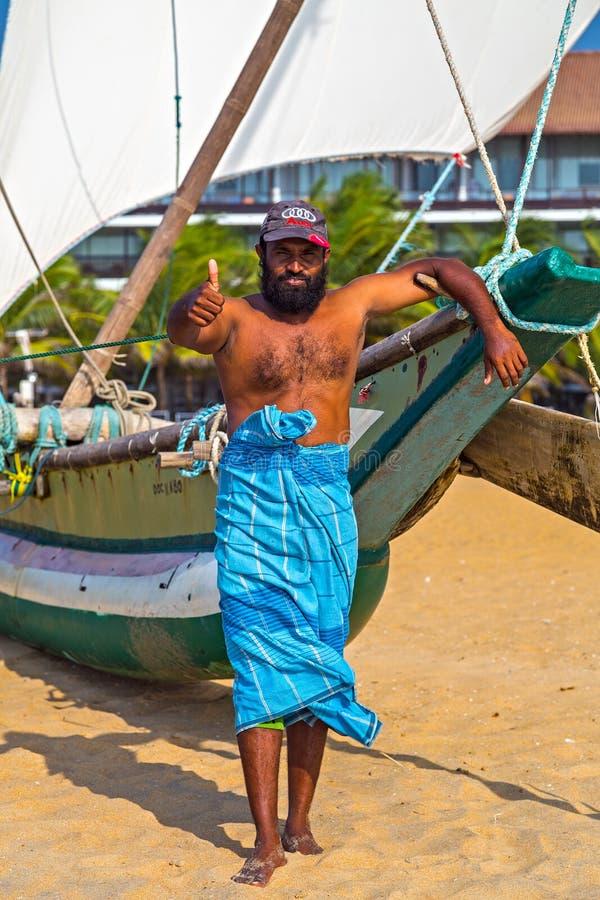 Lächelndes Fischer-Portrait Fishing-Boot auf der Seeküste stockfoto