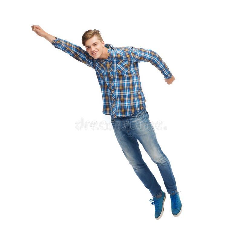 Lächelndes Fliegen des jungen Mannes in einer Luft lizenzfreies stockfoto