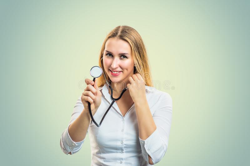 Lächelndes Frauenholdingstethoskop lizenzfreies stockbild