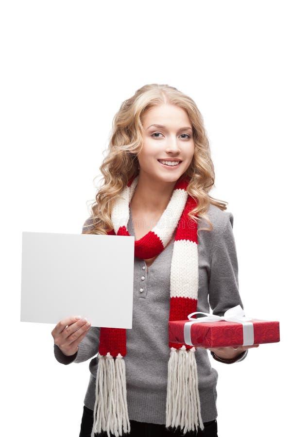 Lächelndes Frauenholdingweihnachtsgeschenk und -zeichen lizenzfreies stockbild