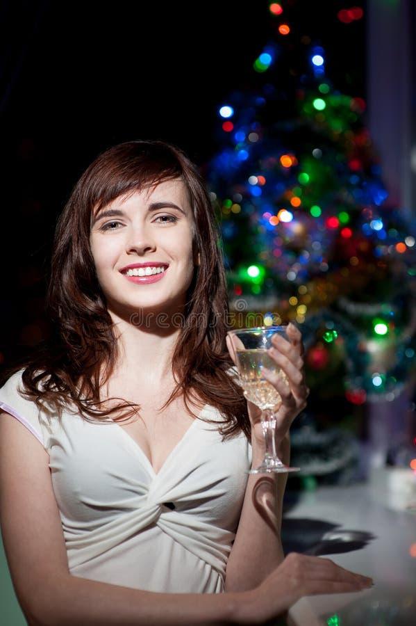 Lächelndes Frauenholdingweinglas lizenzfreie stockbilder