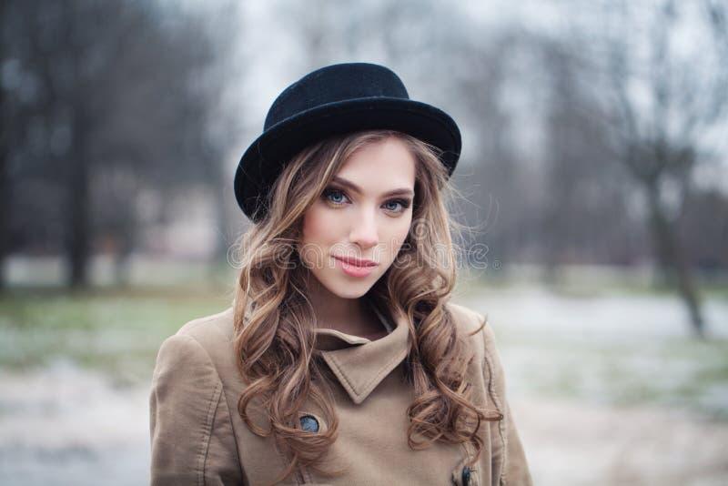 Lächelndes Frauenmode-modell draußen lizenzfreie stockfotos