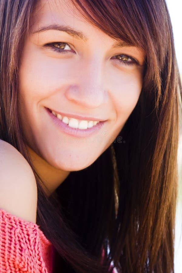 Lächelndes Frauenportrait stockfotos