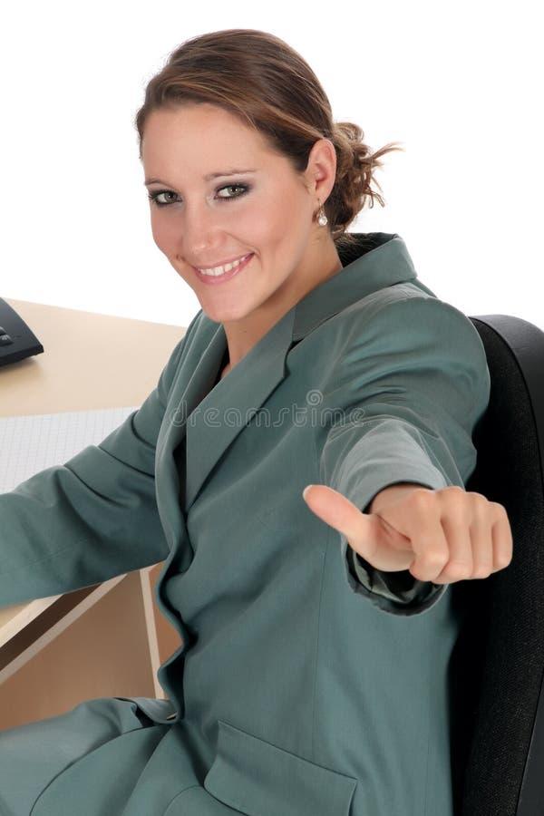 Lächelndes Geschäftsfraubüro stockbild