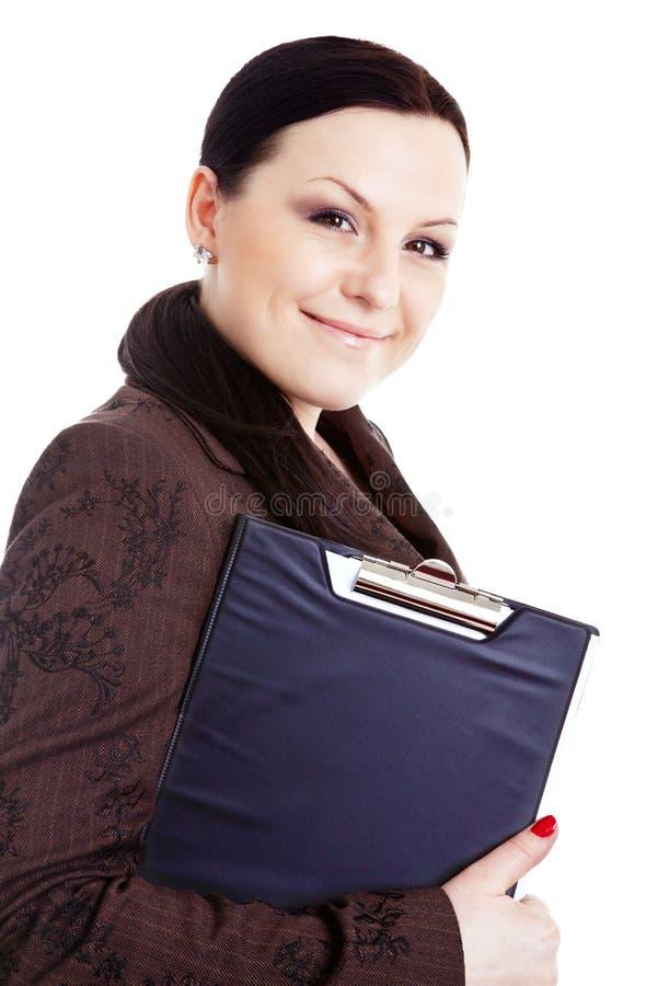 Lächelndes Geschäftsfrauholdingfaltblatt über Weiß stockbilder