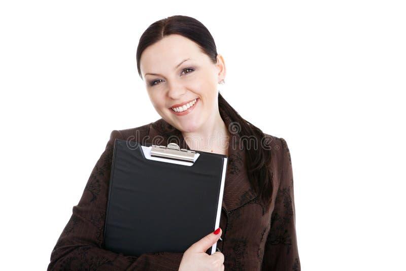 Lächelndes Geschäftsfrauholdingfaltblatt über Weiß lizenzfreies stockfoto