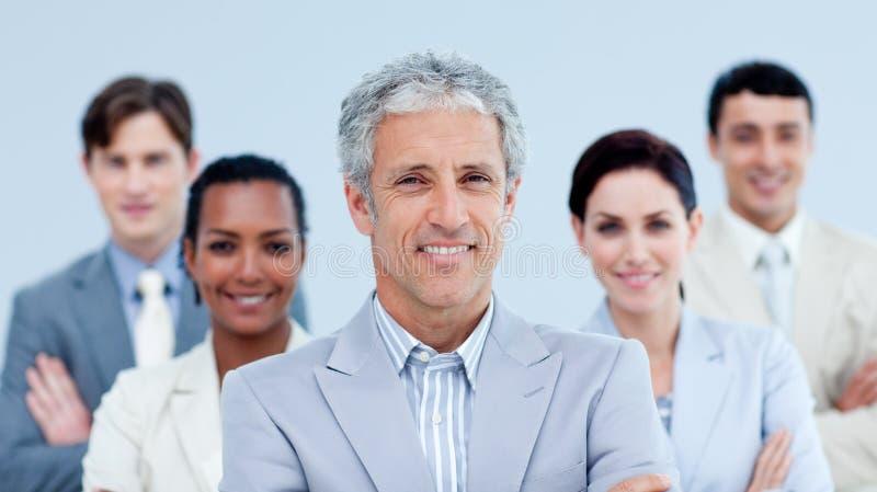 Lächelndes Geschäftsteam, das ethnische Verschiedenartigkeit zeigt lizenzfreies stockfoto