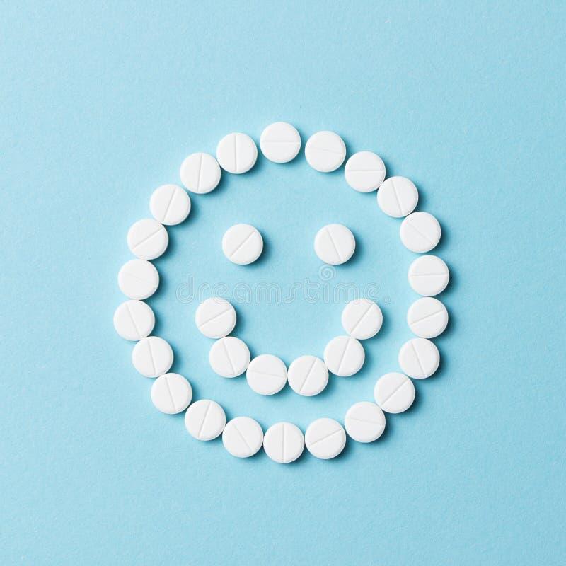 Lächelndes Gesicht mit weißen Pillen stockbild