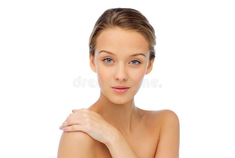 Lächelndes Gesicht und Schultern der jungen Frau stockfotos