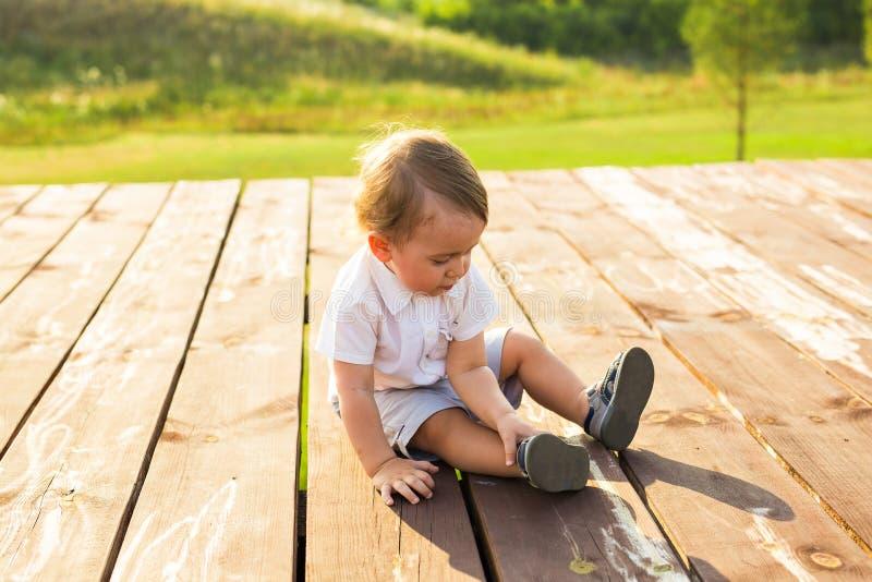 Lächelndes glückliches Baby auf natürlichem Hintergrund im Sommer oder im Herbst lizenzfreie stockfotografie
