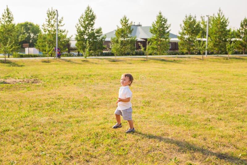 Lächelndes glückliches Baby auf natürlichem Hintergrund im Sommer oder im Herbst stockbild