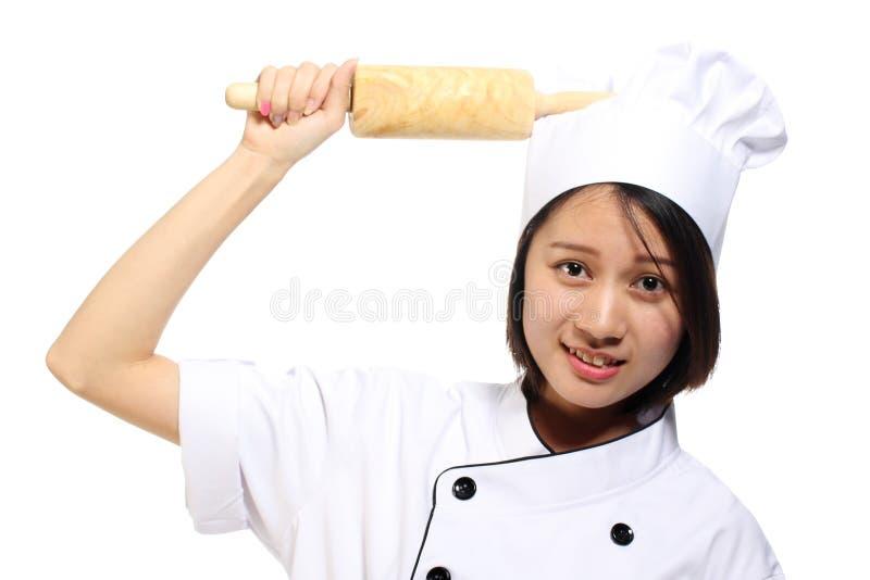 Lächelndes glückliches haltenes Backennudelholz der Cheffrau lizenzfreie stockfotos