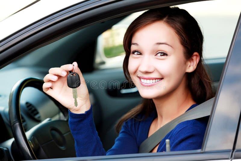 Lächelndes glückliches Mädchen der schönen Junge in einem Auto lizenzfreie stockbilder