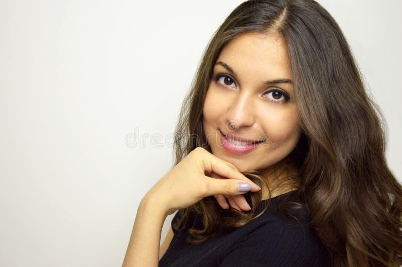 Lächelndes, glückliches, positives, sorgloses Gesicht der jungen Frau, das Kamera mit Leerstelle zum Seiten-, Haupt- und Schulter lizenzfreie stockfotos