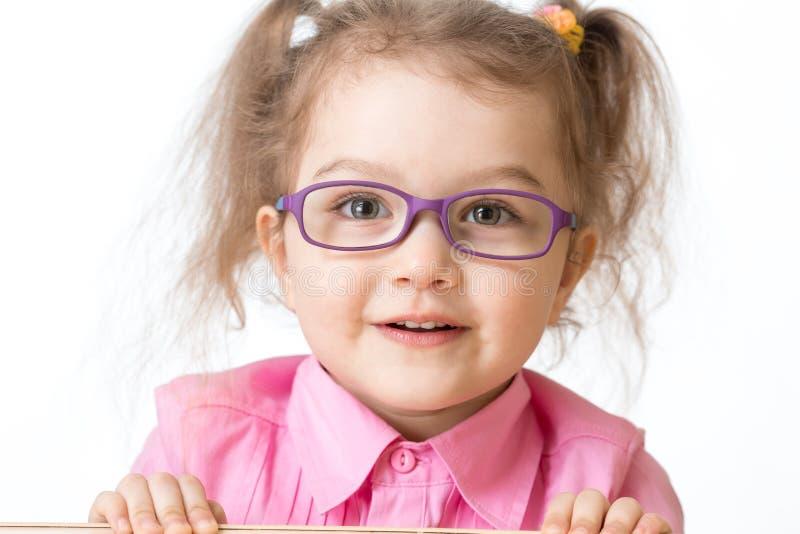 Lächelndes Glas-Nahaufnahmeporträt des Mädchens tragendes lizenzfreie stockfotos