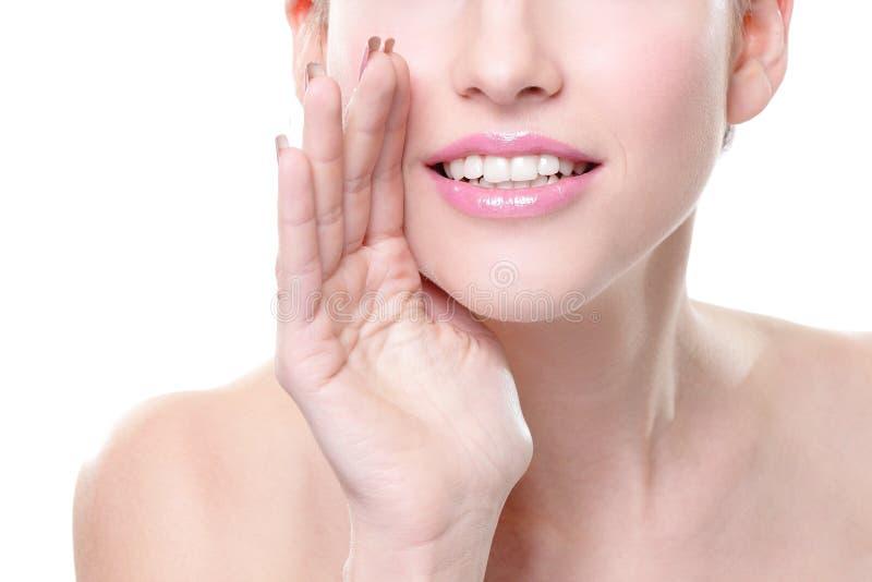 Lächelndes Hautpflegefrauenflüstern lizenzfreie stockfotografie