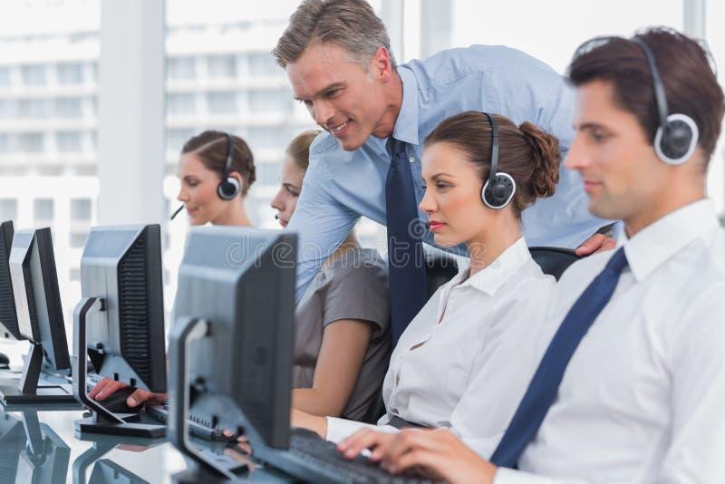 Lächelndes helfendes Call-Center-Mittel des Managers lizenzfreies stockfoto