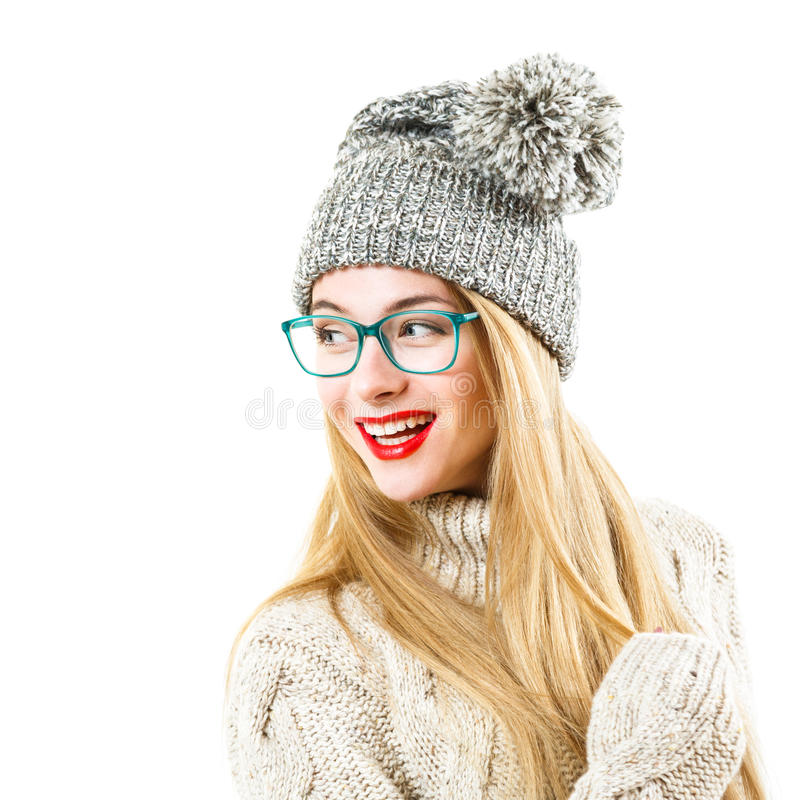 Lächelndes Hippie-Mädchen in der Winter-Strickjacke und dem Hut auf Weiß lizenzfreie stockfotos