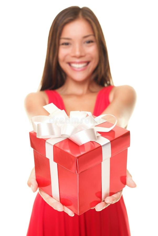 Lächelndes Holdinggeschenk der Valentinsgrußfrau lizenzfreie stockfotos