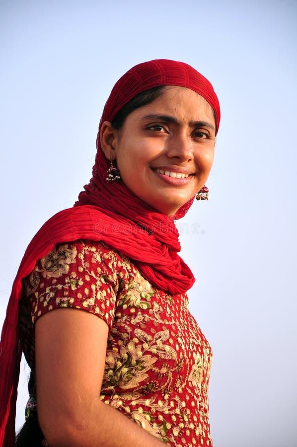Lächelndes indisches Mädchen stockfoto