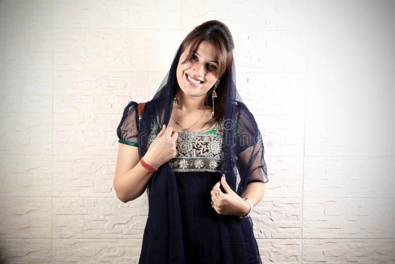 Lächelndes indisches Punjabimädchen lizenzfreie stockfotografie