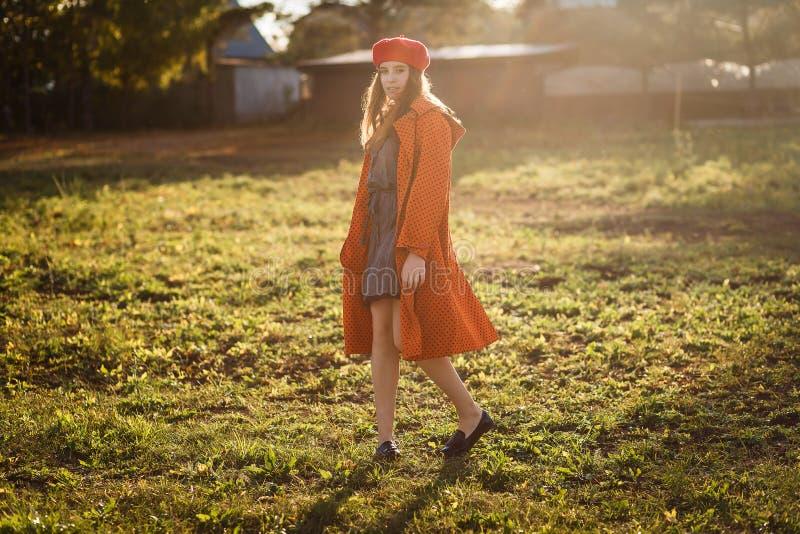 Lächelndes jähriges Mädchen fünfzehn in einer Hintergrundbeleuchtung draußen lizenzfreie stockfotos