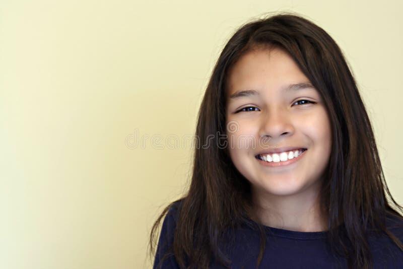 Lächelndes jugendlich hispanisches Mädchen lizenzfreie stockfotografie