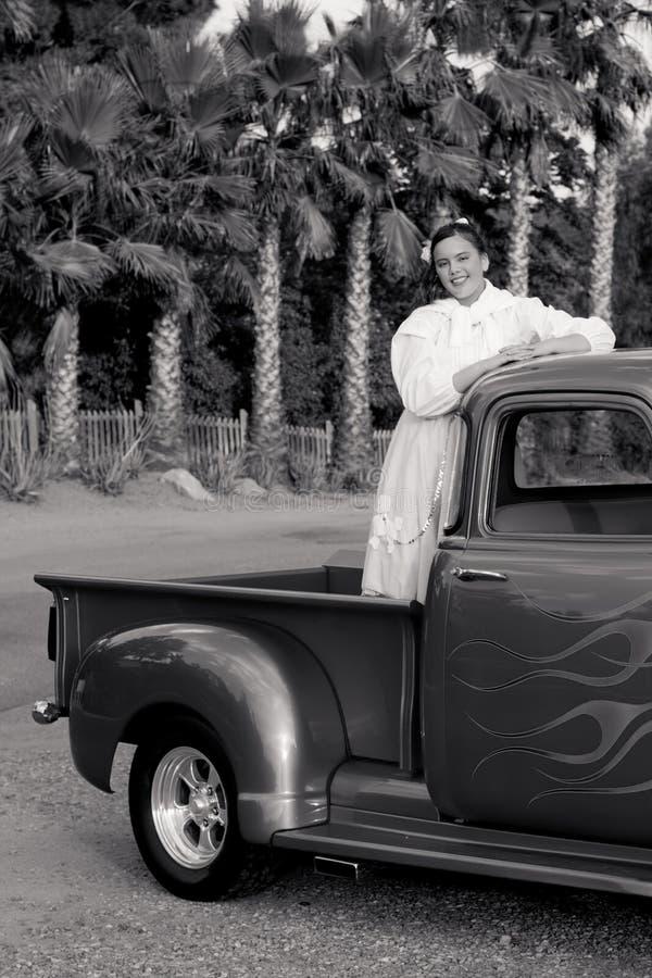 Lächelndes jugendlich Mädchen der Fünfzigerjahre im Kleintransporter lizenzfreies stockbild