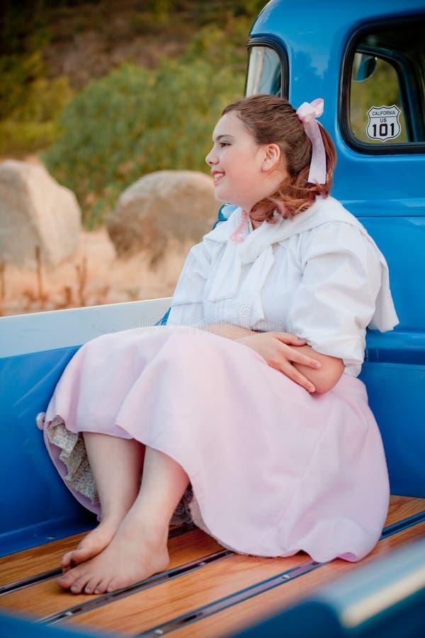 Lächelndes jugendlich Mädchen der Fünfzigerjahre unterstützen innen vom LKW stockfoto