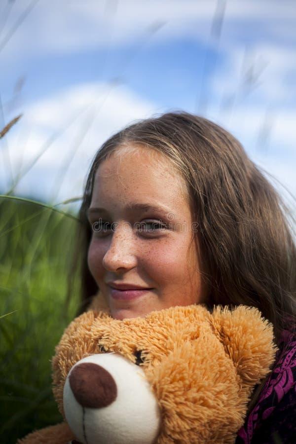 Lächelndes jugendlich Mädchen mit Teddy Bear stockbild