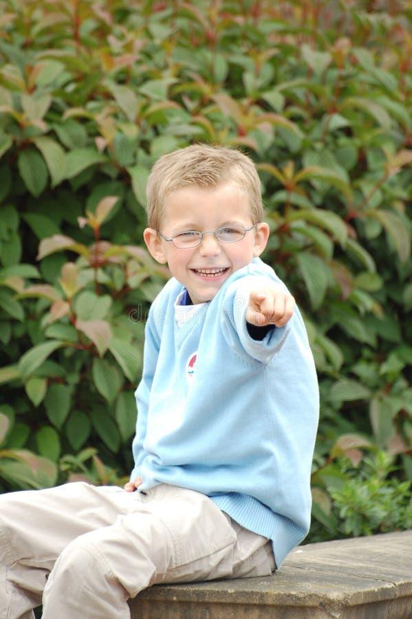 Lächelndes Jungen-Zeigen lizenzfreies stockbild