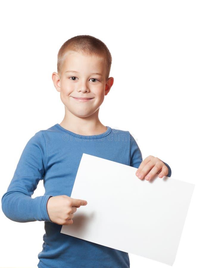Lächelndes Jungenholding-Papierleerzeichen stockbild