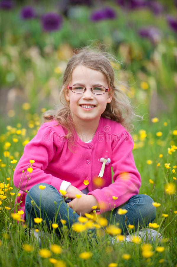 Lächelndes junges Mädchen lizenzfreie stockfotos