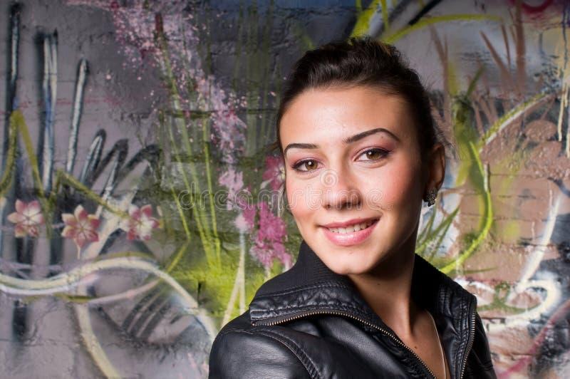 Lächelndes junges Mädchen lizenzfreie stockfotografie