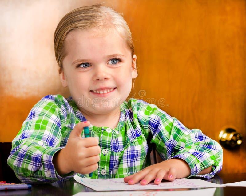 Download Lächelndes Junges Mädchen, Das Eine Zeichnung Tut. Stockfoto - Bild von vortraining, kindheit: 27733832