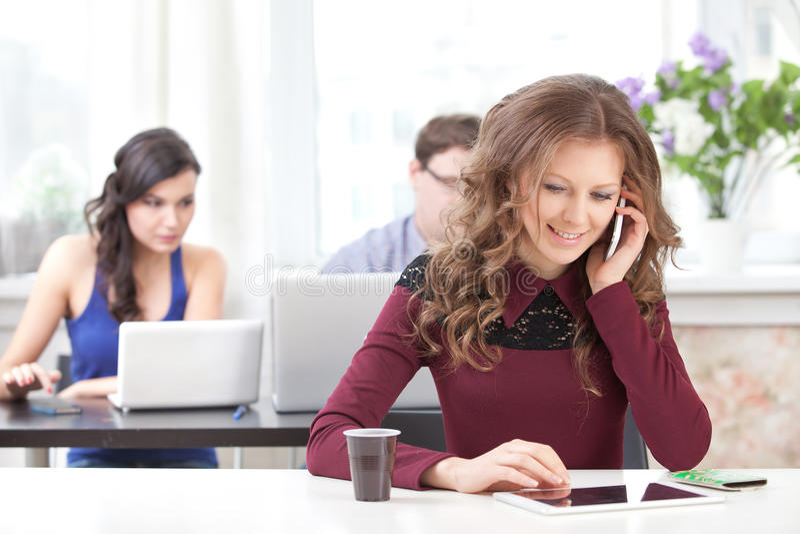 Lächelndes junges Mädchen, das am Telefon spricht stockfotos