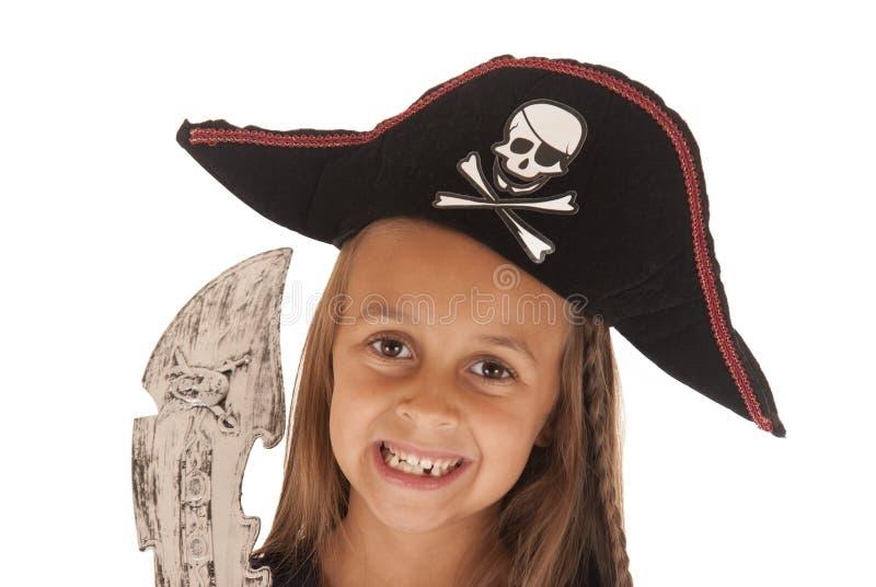 Lächelndes junges Mädchen im Hut Halloween-Piraten mit Klinge stockbilder