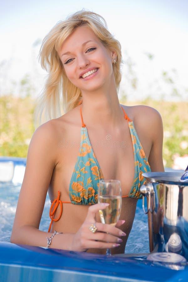 Lächelndes junges Mädchen im Jacuzzi lizenzfreie stockfotos