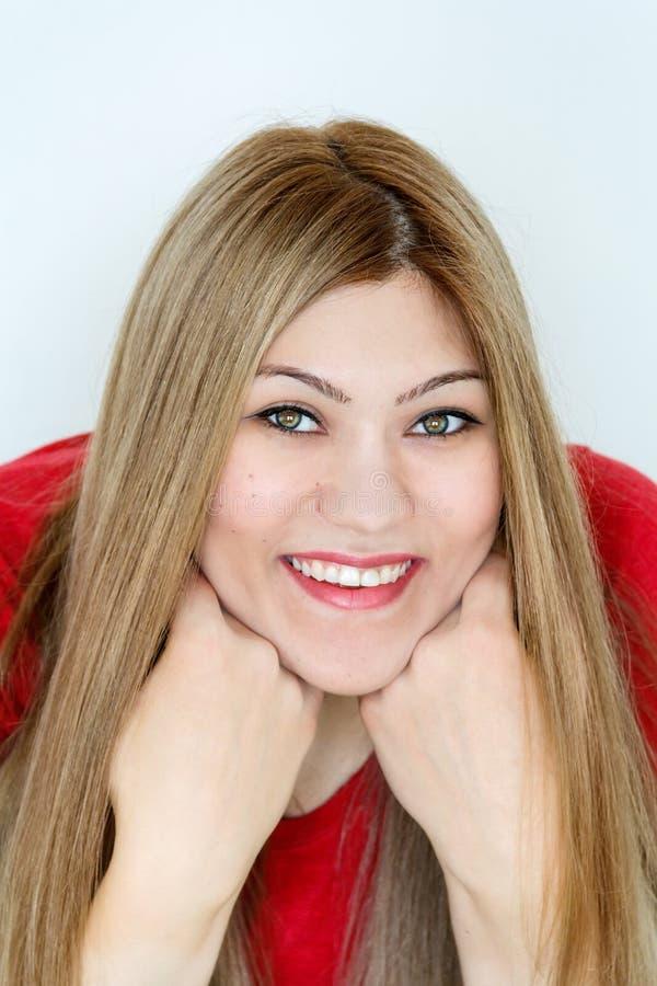 Lächelndes junges Mädchen mit dem geraden Haar und den grünen Augen stockbilder