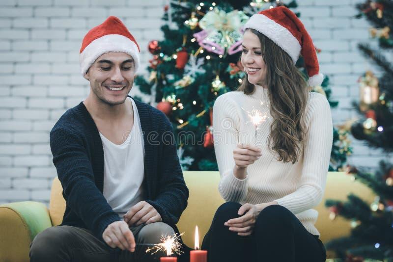 Lächelndes junges schönes kaukasisches Paarlicht die Kerzen lizenzfreies stockfoto