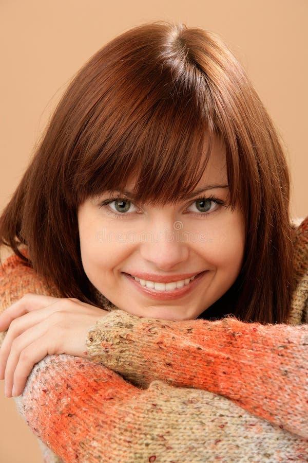 Lächelndes junges weibliches Modell des schönen Kaukasiers mit dem roten Haar stockbilder