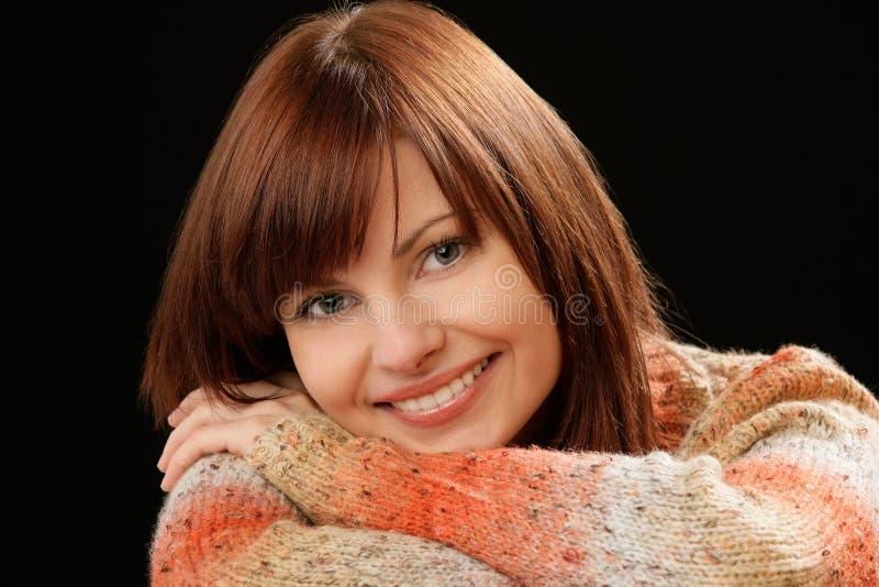 Lächelndes junges weibliches Modell des schönen Kaukasiers mit dem roten Haar stockfoto