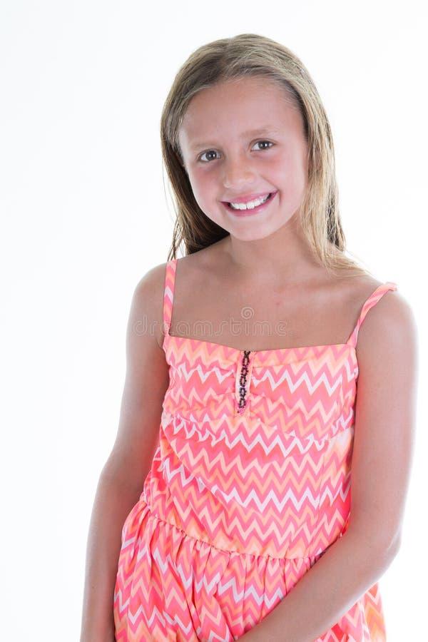 Lächelndes Kind des kleinen Mädchens im Kleid und im weißen Hintergrund lizenzfreie stockfotos