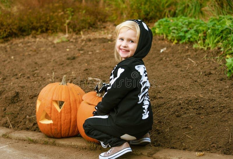 Lächelndes Kind mit Halloween-Kürbis Jack Oâ €™Lantern lizenzfreies stockbild
