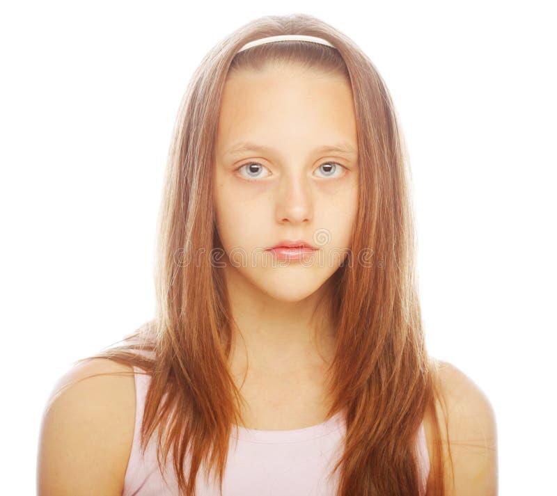 Lächelndes kleines Mädchen auf weißem Hintergrund im Studio lizenzfreies stockfoto