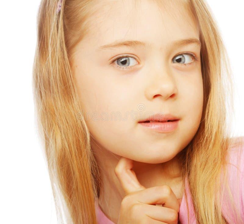 Lächelndes kleines Mädchen auf weißem Hintergrund im Studio lizenzfreie stockfotos