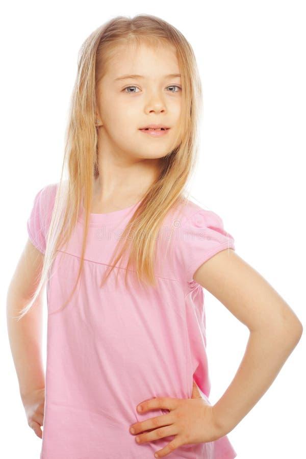Lächelndes kleines Mädchen auf weißem Hintergrund im Studio stockfotografie