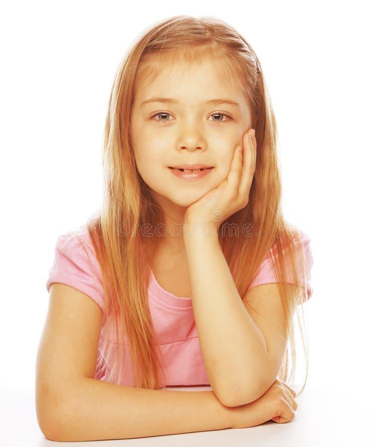 Lächelndes kleines Mädchen auf weißem Hintergrund im Studio lizenzfreies stockbild