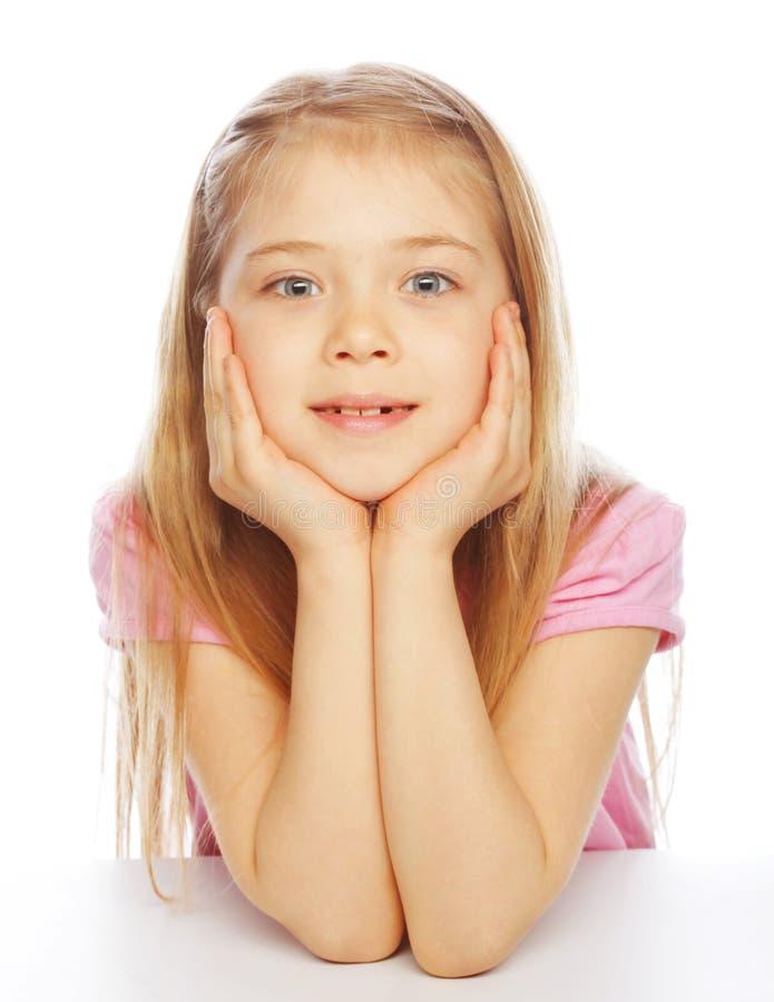 Lächelndes kleines Mädchen auf weißem Hintergrund im Studio stockbild