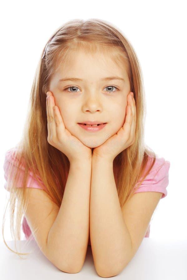 Lächelndes kleines Mädchen auf weißem Hintergrund im Studio stockfoto